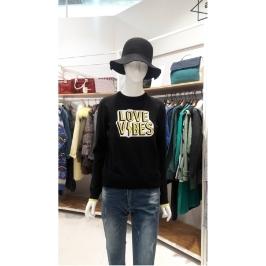 W몰 앳코너 블랙 레이온혼방 레터링 스웨터 AMSW7D121BK